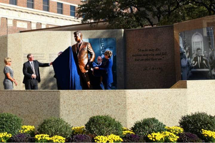Co presidentes del Comité a JFK Shirlee J. y Taylor Gandy presentando el monumento Foto JFK Tribute.