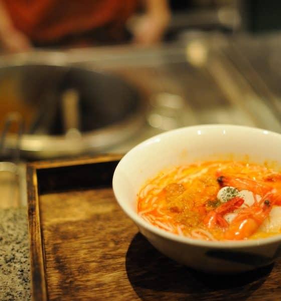 Laksa, deliciosa sopa malaya Foto Or Hiltch