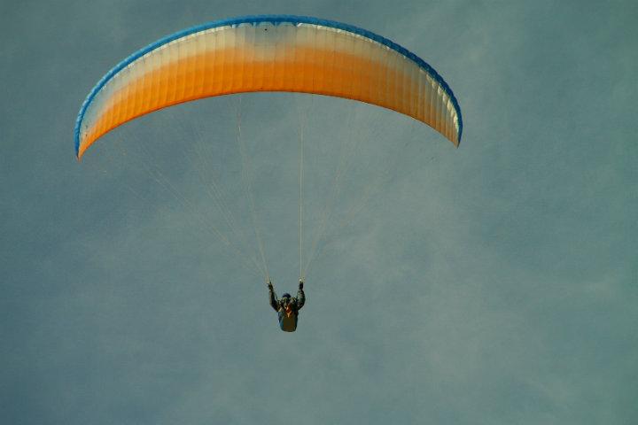 Vuela en parapente con el souvenir foto por Oleg Klementiev