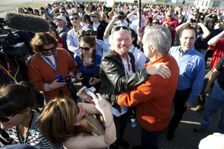 Richard Branson y Burt Rutan celebrando éxito del primer vuelo de Virgina Galactic by Mark Greenberg