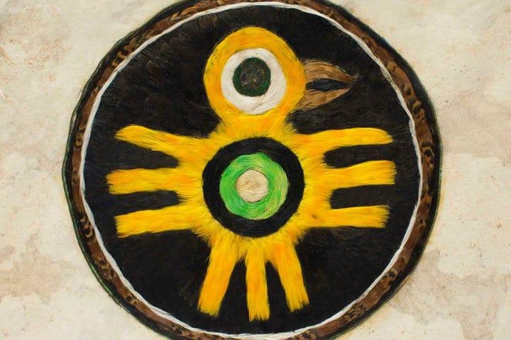 Escudo (Chimalli) con plumas de canario Foto @plumaria00