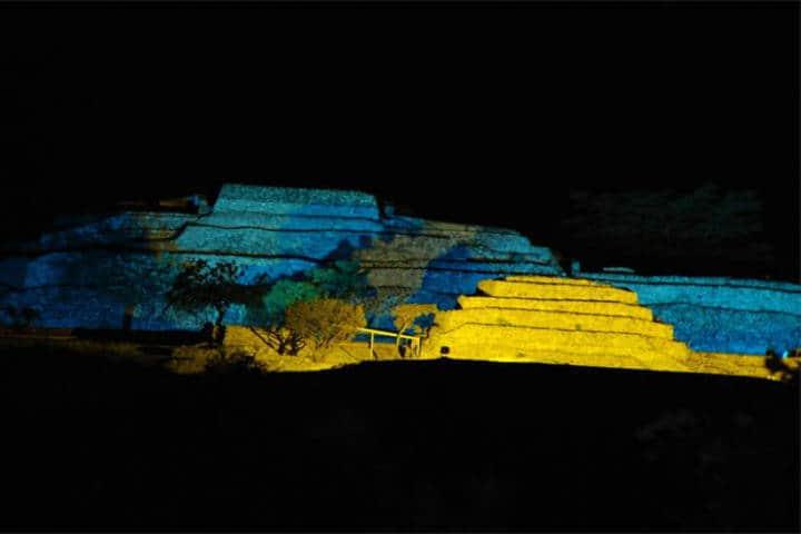 Foto Xochicalco de noche, luz y sonido en la casa de las flores