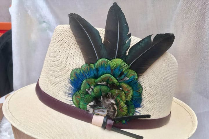 Sombrero con plumas de pavorreal Foto Tlalli Arte Plumario