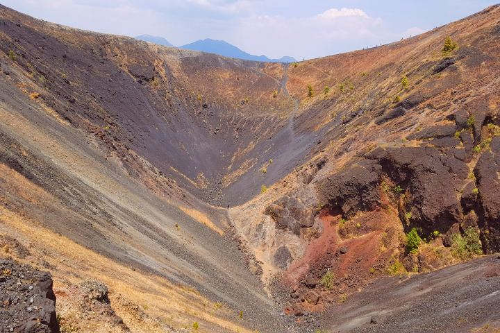 https://elsouvenir.com/wp-content/uploads/2014/07/the-crater-of-the-volcano-paricutin-2282490_1920-1.jpg