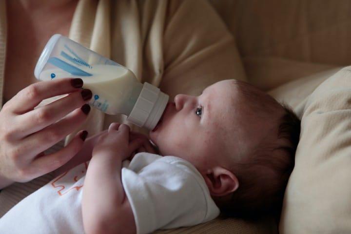 Bebé tomando leche. Foto: Lucy Wolski