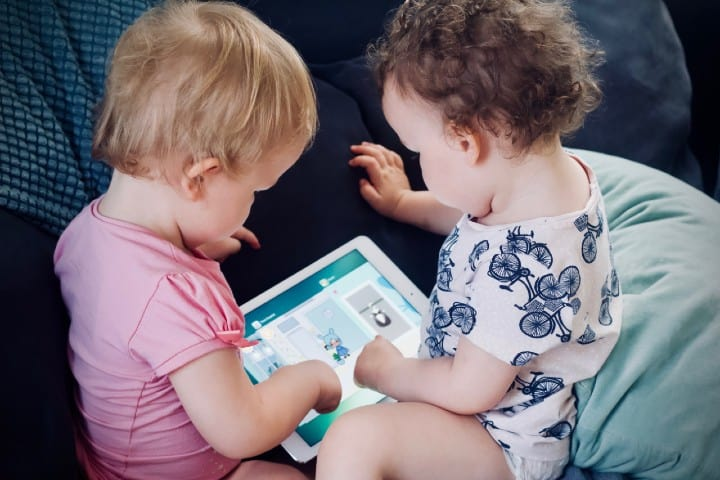 Bebés jugando. Foto: Jelleke Vanooteghem