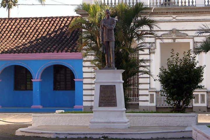 Estatua en honor a el cantautor Agustin Lara . Foto