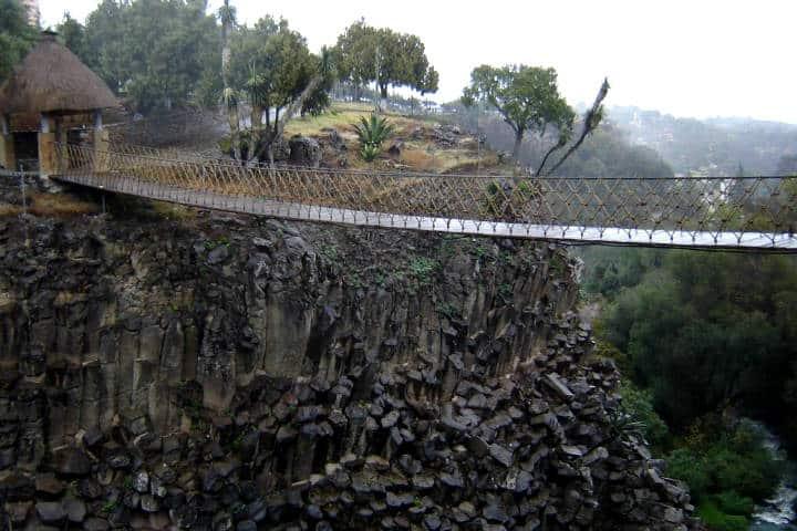 Puente colgante en los prismas basálticos en hidalgo. Foto Mapio.net.