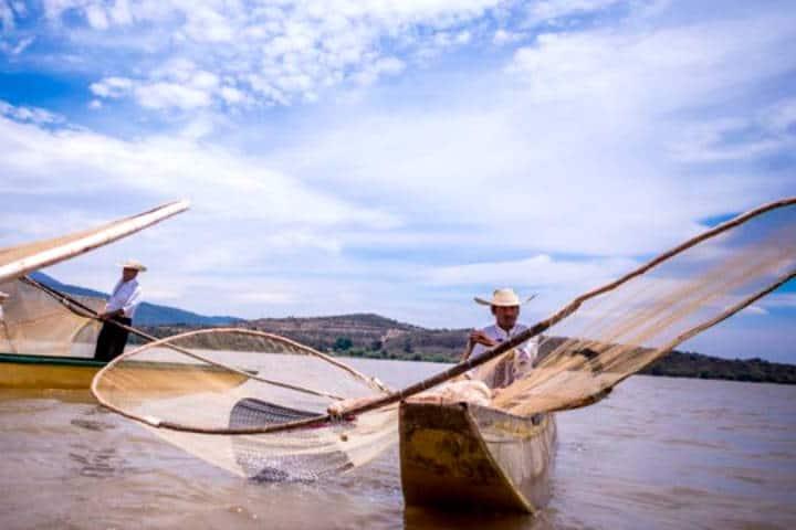 Pescadores en Pátzcuaro. Foto MiMorelia.