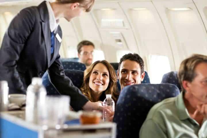 Disfruta de alimentos y bebidas durante tu vuelo. Foto AARP.