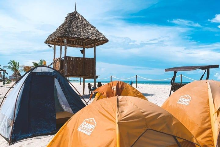 Acampar en la playa. Foto: Adrian Mshana Acampar en Bacalar