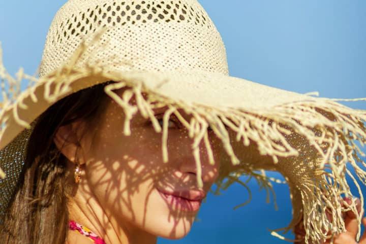 Atrévete a completar tu outfit con accesorios que te protegerán del Sol Foto Apostolos Vamvouras