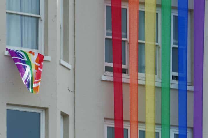 Bandera frente a hotel. Brghton. Foto. Matt Buck 1