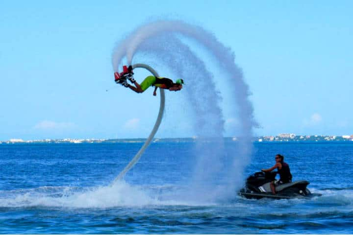Flyboard en México. Foto Cancun and Riviera Maya.