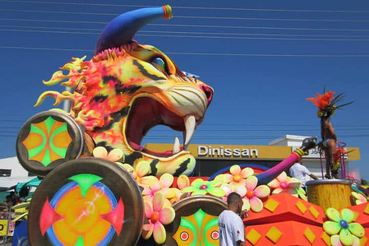 Carros alegóricos en el Carnaval de Barranquilla Foto Ashley Bayles