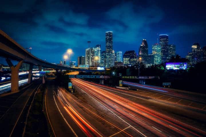Houston de noche. Foto David Mark en Pixabay.