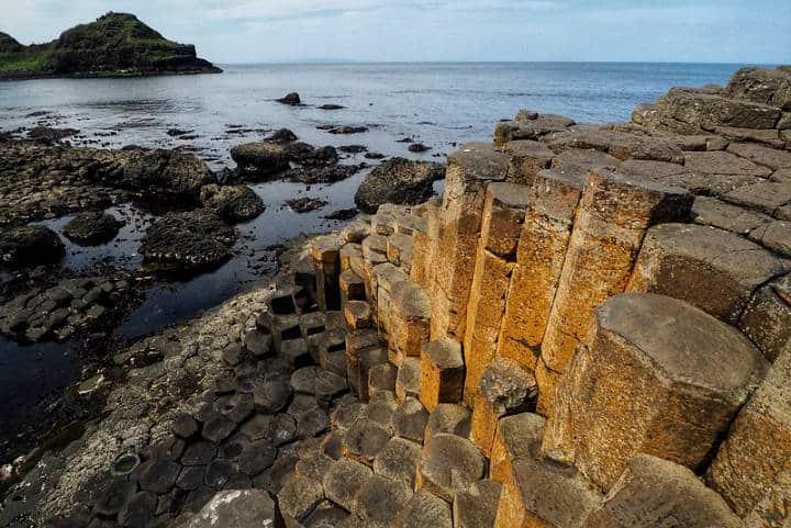 En la Calzada media se aprecian mejor las formas de la Calzada de los Gigantes en Irlanda Foto Ungry Young Man