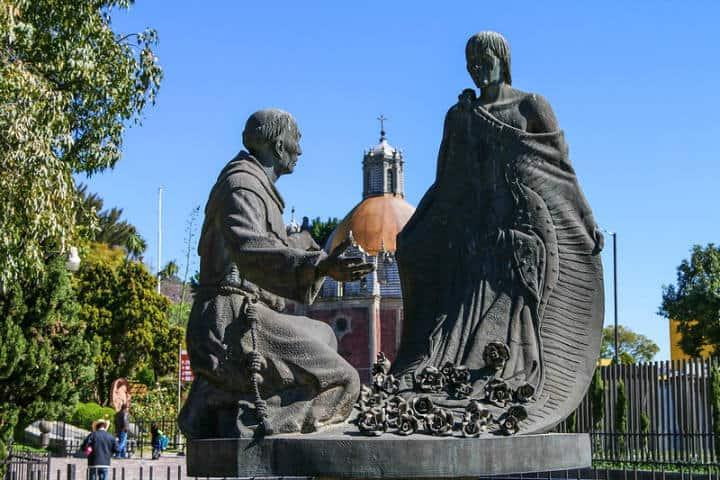 Esta escultura representa la escena de Juan Diego dejando caer las rosas para probar al Obispo que la Virgen María lo había enviado Foto Lawrence OP