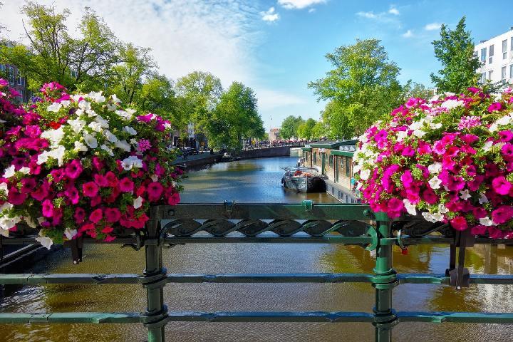 Ámsterdam se encuentra ubicada en la bahía del IJ y a orillas del río Amstel.