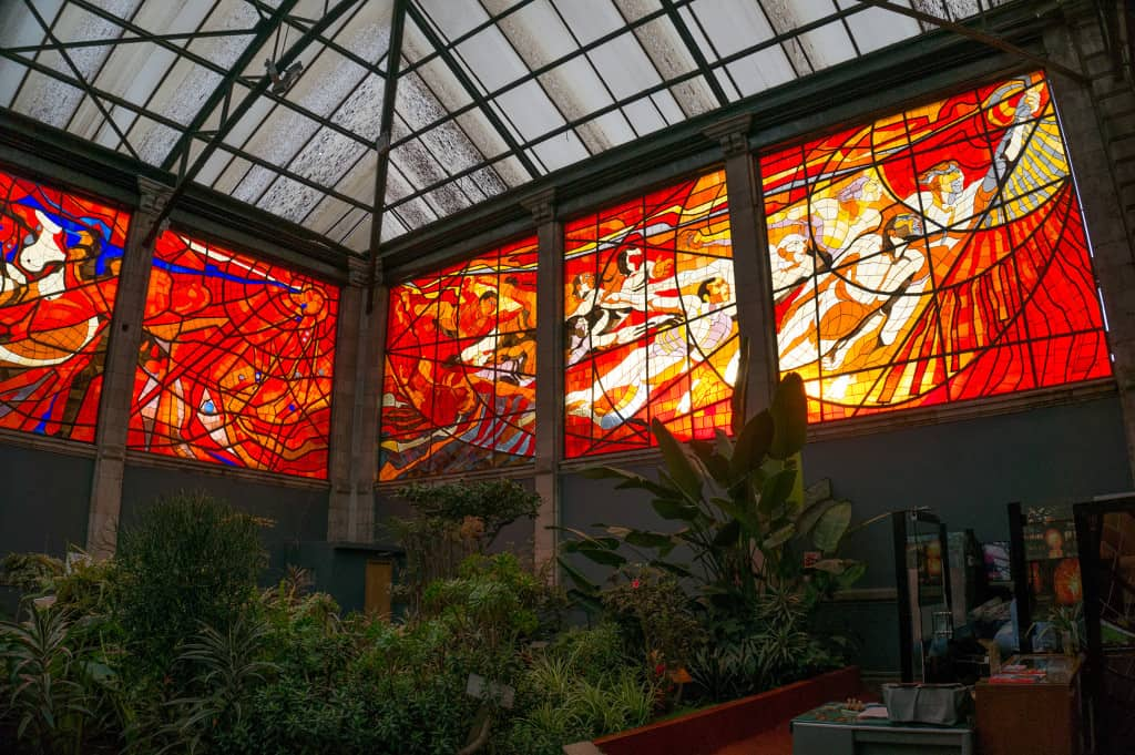Looking_at_the_magnificent_stained_glass_inside_the_Cosmovitral,_Toluca,_Mexico.