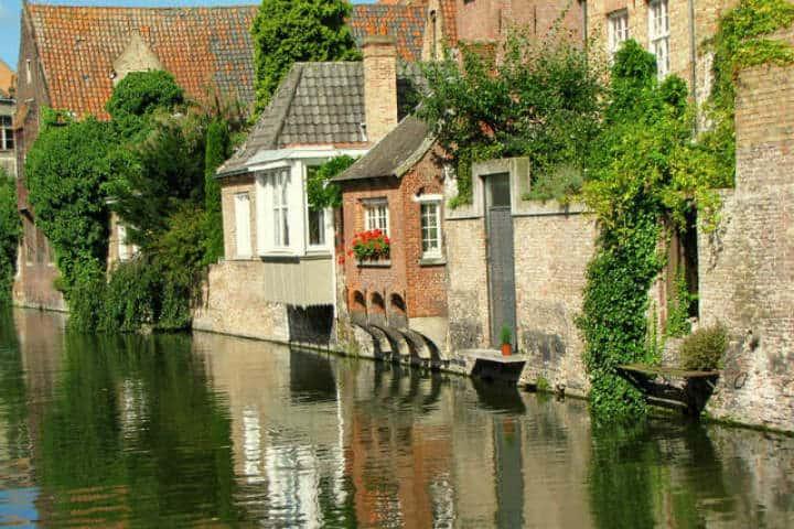Los colores y reflejos son inigualables en Brujas, Bélgica Foto Jans Canon