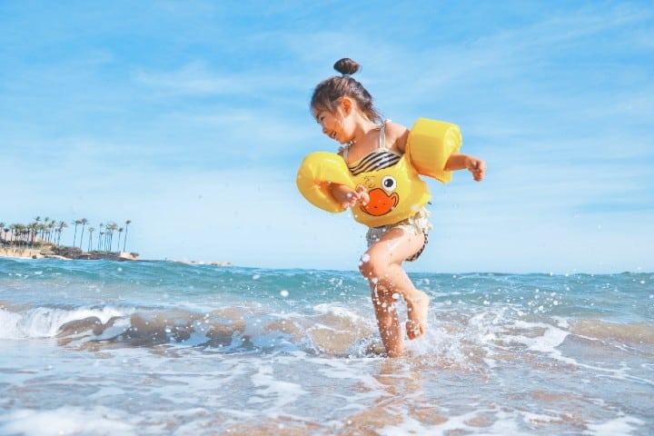 Niña en la playa. Foto: Leo Rivas