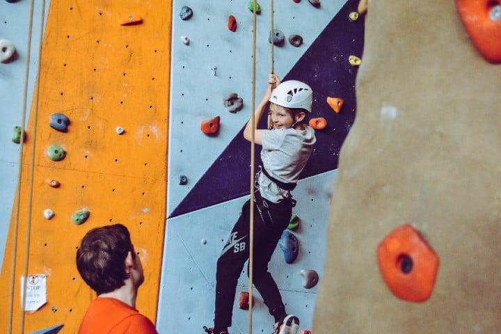 Niño escalando. Foto: Rachel
