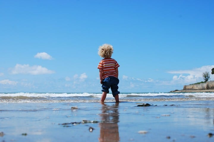 Niño playa. Foto: Max Goncharov