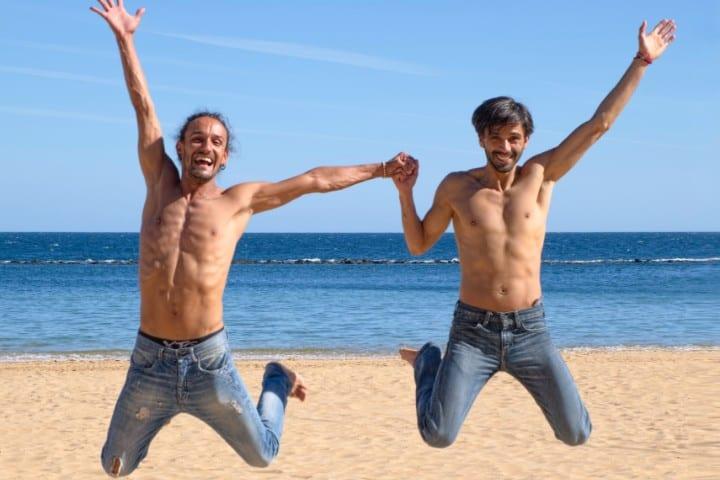 Pareja LGTB en la playa. Foto: Christian Buehner