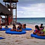 niños en la playa de Azul Sensatori