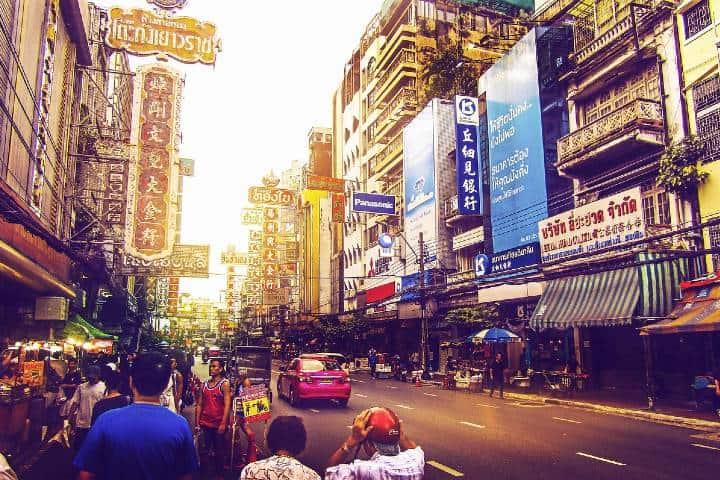 Calle en el centro de Bangok. Foto AdenArdenrich