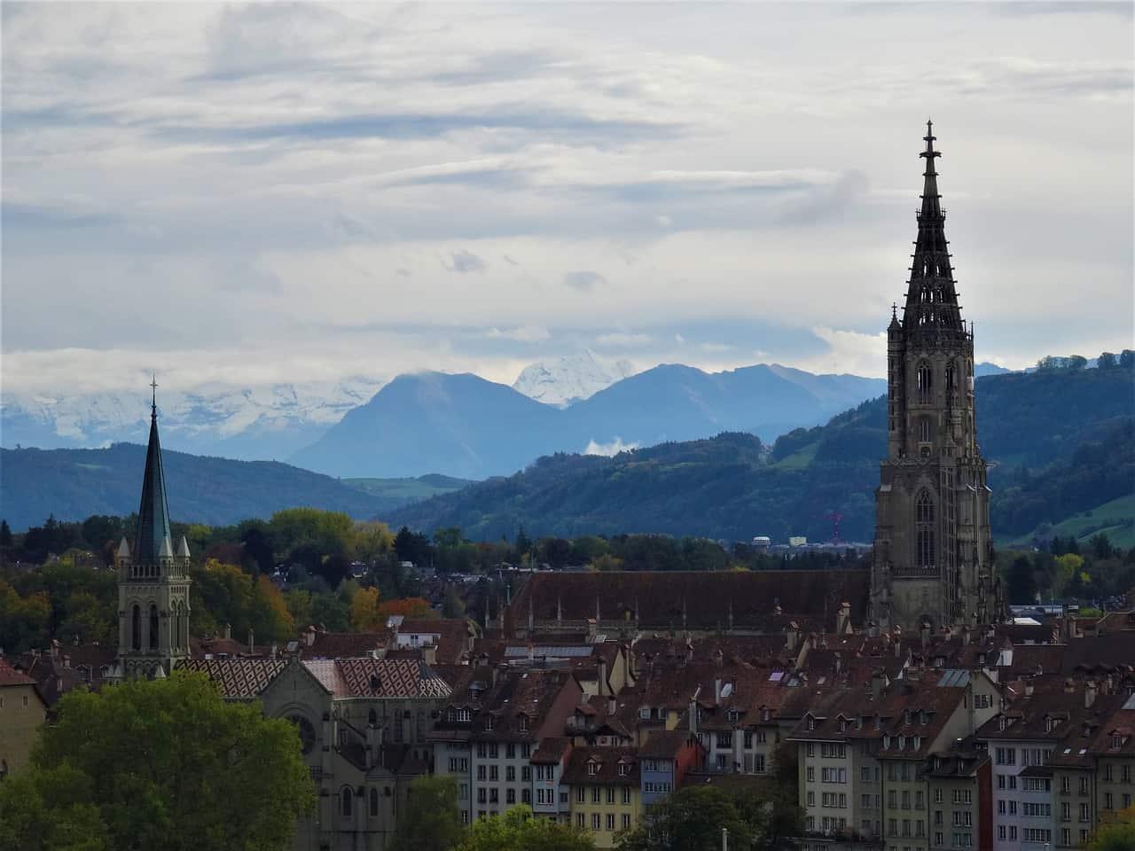 Catedral de Berna y al fondo los alpes suizos. Foto fotoerich