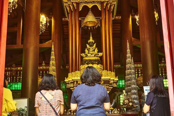 Devotos orando al Buda esmeralda. Foto Jose Manuel