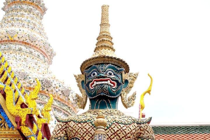 Estatua de guerrero protector de buda.