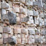 Fachada de un templo en Kabah. Foto de Mayan Heritage