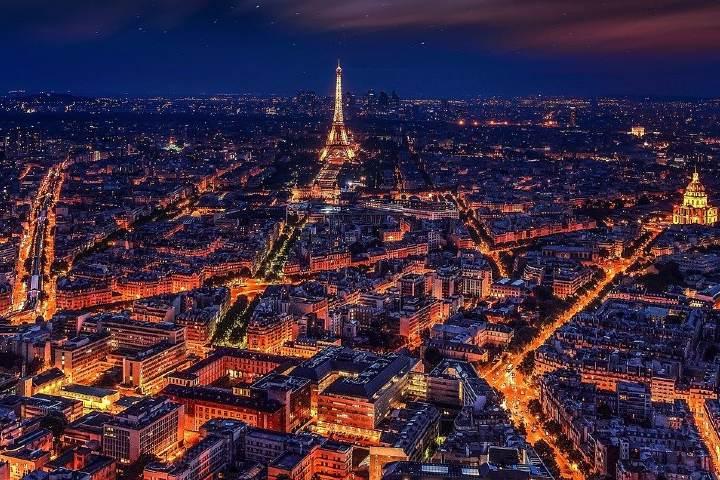 Vista de noche de París ciudad de la luz. Foto: Walkerssk
