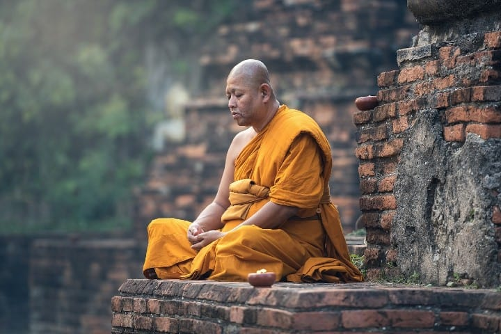 Monje budista meditando. Foto sasint