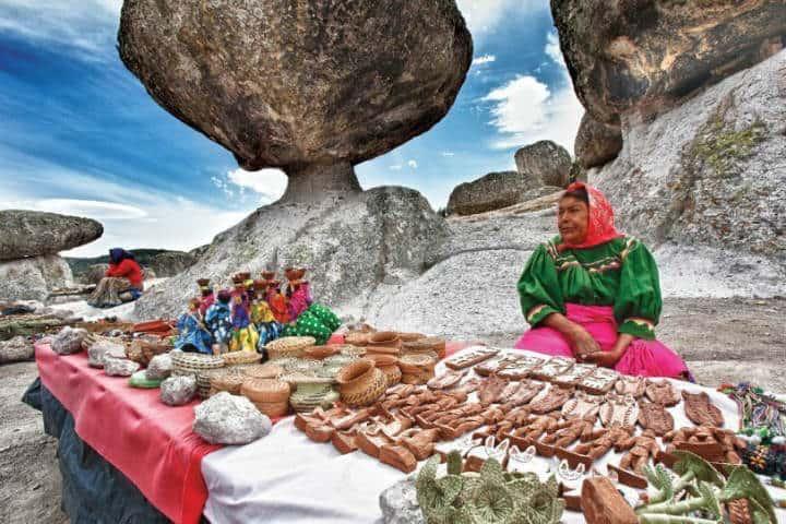 Mujeres tarahumaras con sus artesanias.Foto.el Chepe.8