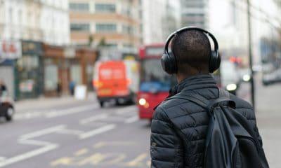 Portada. Escuchando música en Nueva York. Foto Henry Be 4