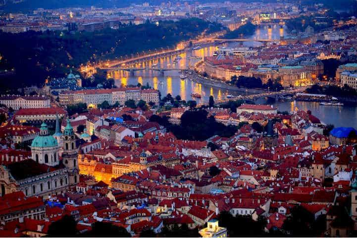 Praga de noche.Foto.Lawyergaoge.2