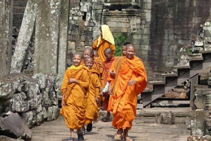 En todo el templo podemos apreciar a monjes budistas con su sigular vestimenta naranja .Foto bluebird666
