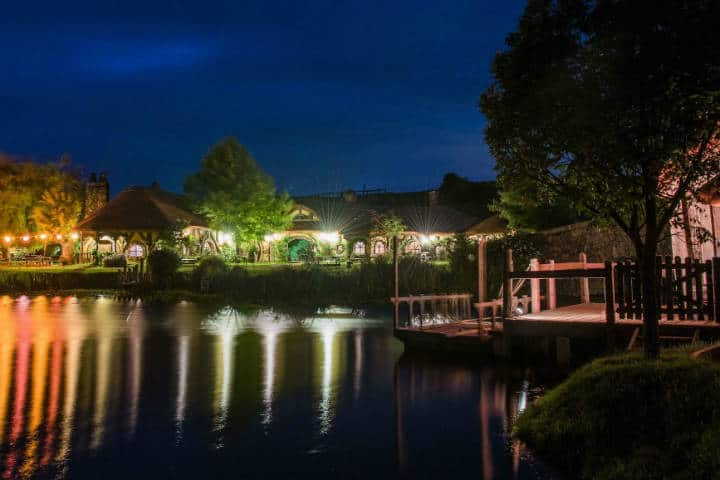 Las luces de la noche en The Green Dragon Inn. Matamata. Foto Archivo 4