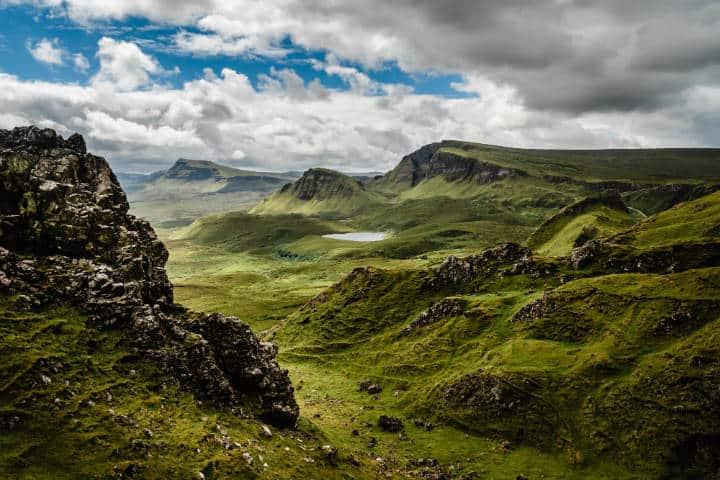 Montaña con pasto verde en día nublado. Escocia. Foto Bjorn Snelders 4