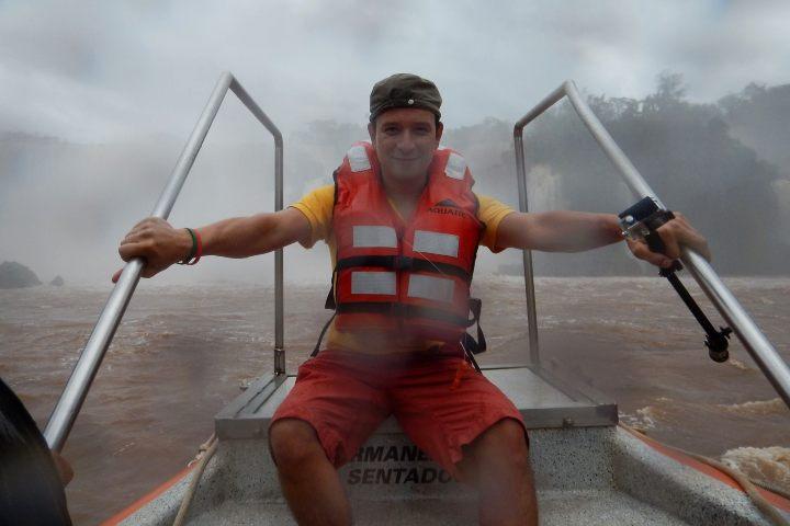 Julio García Castillo en La garganta del diablo en Iguazú Foto El Souvenir