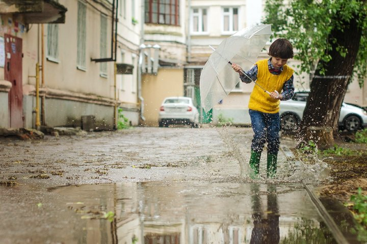 Niño jugando en la lluvia. Foto Pixabay