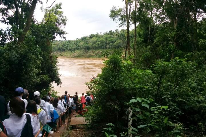Rumbo al embarcadero El Macuco en Iguazú. Foto El Souvenir