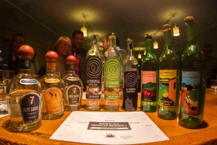 Un trago de raicilla se puede tomar de varias formas. Foto Archivo.