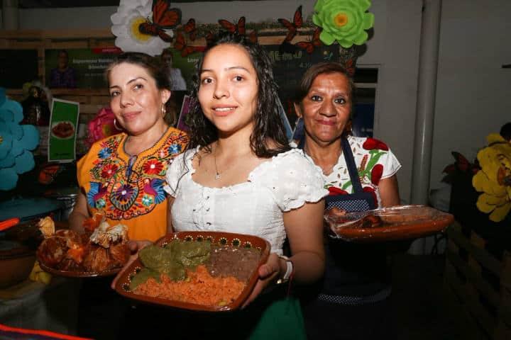 Abuela madre e hija.Encuentro de cocineras tradicionales en Michoacán.Foto.Educación Michoacán.Twitter.9