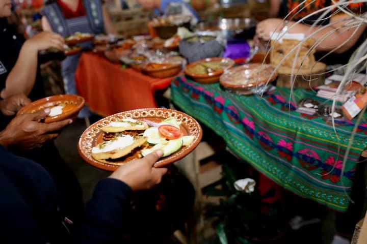 Prueba los platillos de las cocineras.Encuentro de cocineras tradicionales en Michoacán.Foto.Michoacán GEM.3
