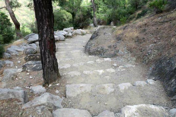 El sendero de Cirali-Olimpos para llegar al fuego eterno de la Quimera foto Thomas Jeltsch para Dreamstime